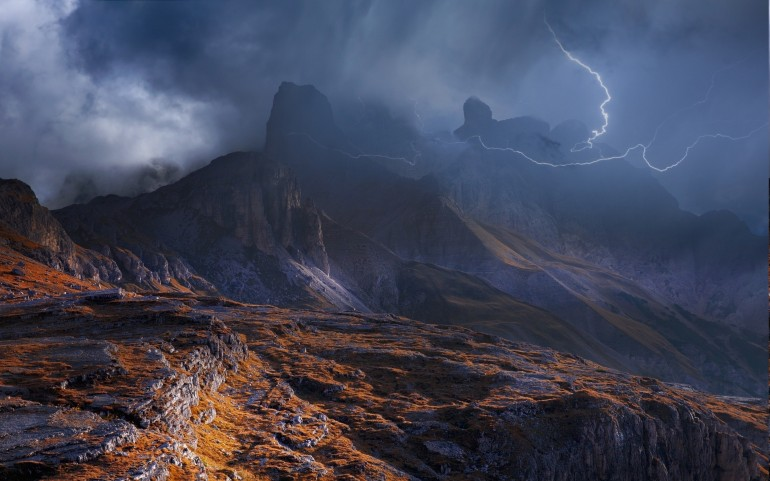 2500x1563-2809713-nature-landscape-mountain-storm-dolomites-mountains-lightning-clouds-italy-mist-sky-summer___landscape-nature-wallpapers